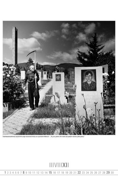 Sedmdesátisedmiletý Aljoša Mirkumjan obsekává hroby na vojenském hřbitově.